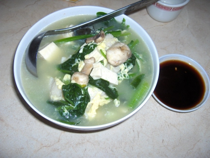 A light soup with spinach and tofu